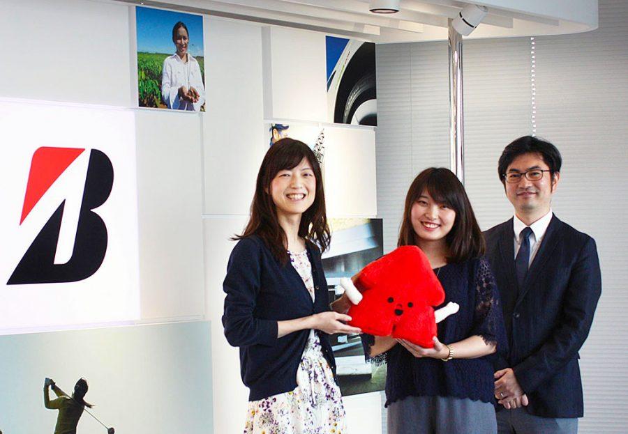 左から、齋藤紀子さん、齊藤小夏さん、課長の馬場大輔さん(と、「Arrow君」)