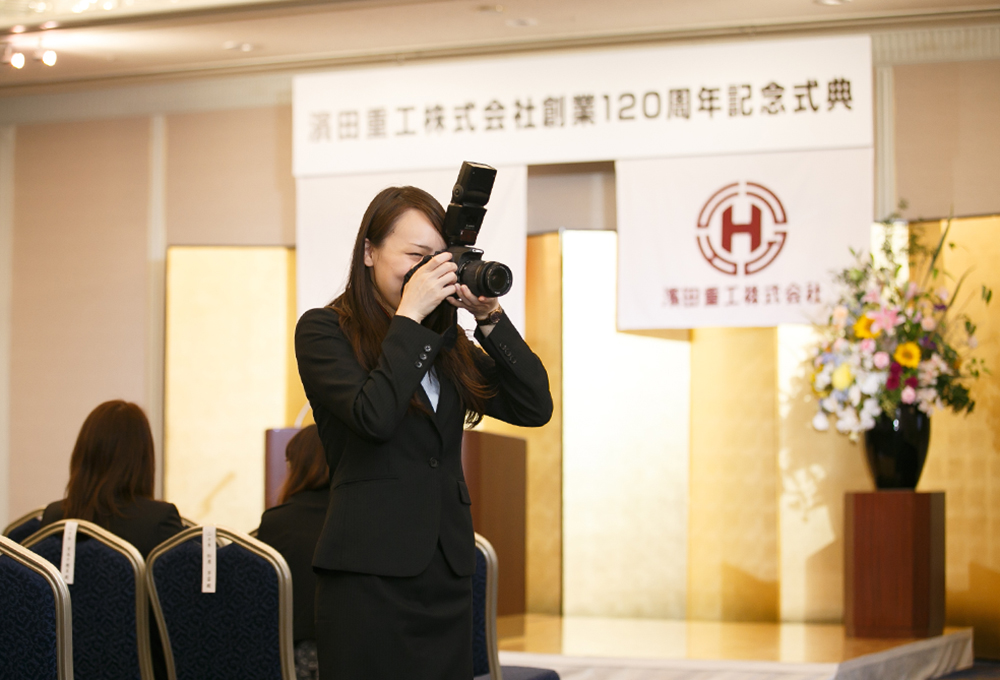6月1日開催「創業120周年記念式典」で撮影する前田さん