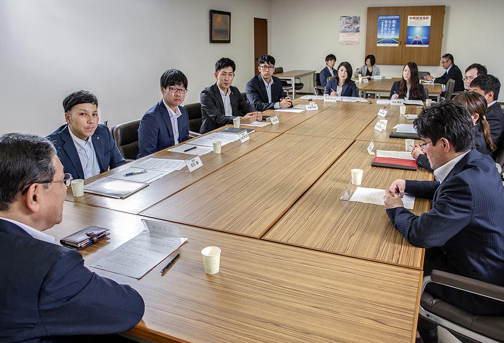 創業120周年を迎え、120年史ではテーマを「濱田重工の未来に向かって」と掲げ、座談会を開催。社長と中堅社員8名が対話をする機会を作りました。