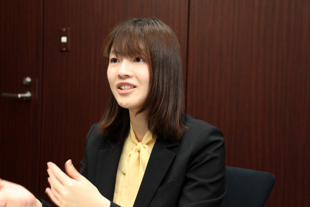 文化も仕事のやり方も違う2つの会社を一つにするには「社内報が必要」と考え、上司の宮崎さんに相談した西村さん