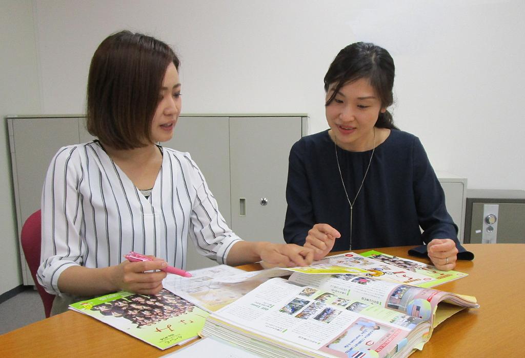 社内報担当先輩の尾関さん(右)からもアドバイスをもらいます